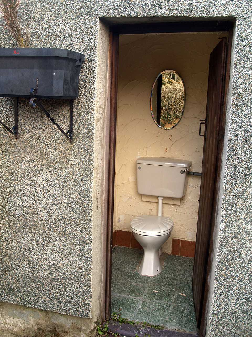 Workshop toilet to rear of house for sale in Holyhead