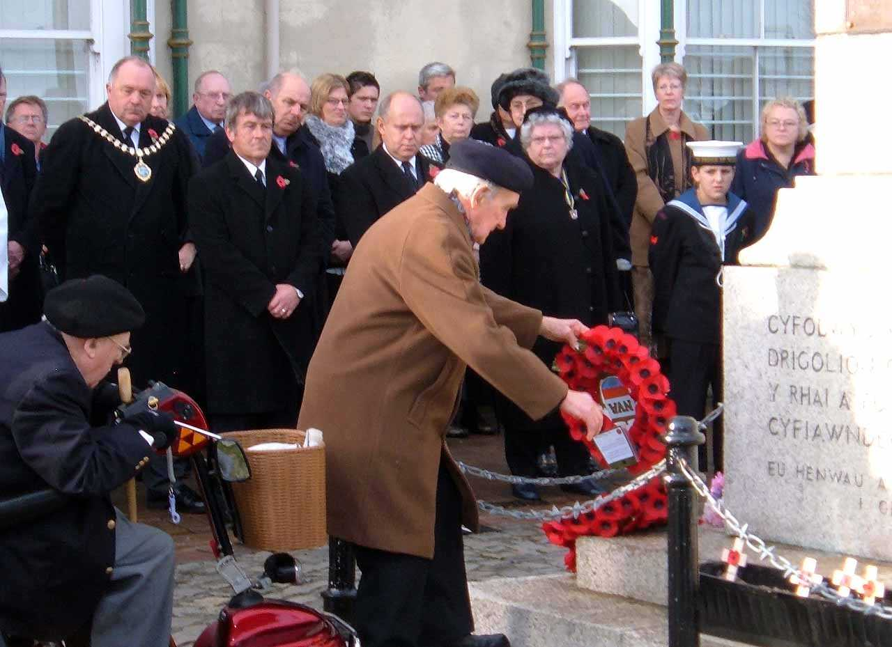 A veteran of WWII lays a wreath