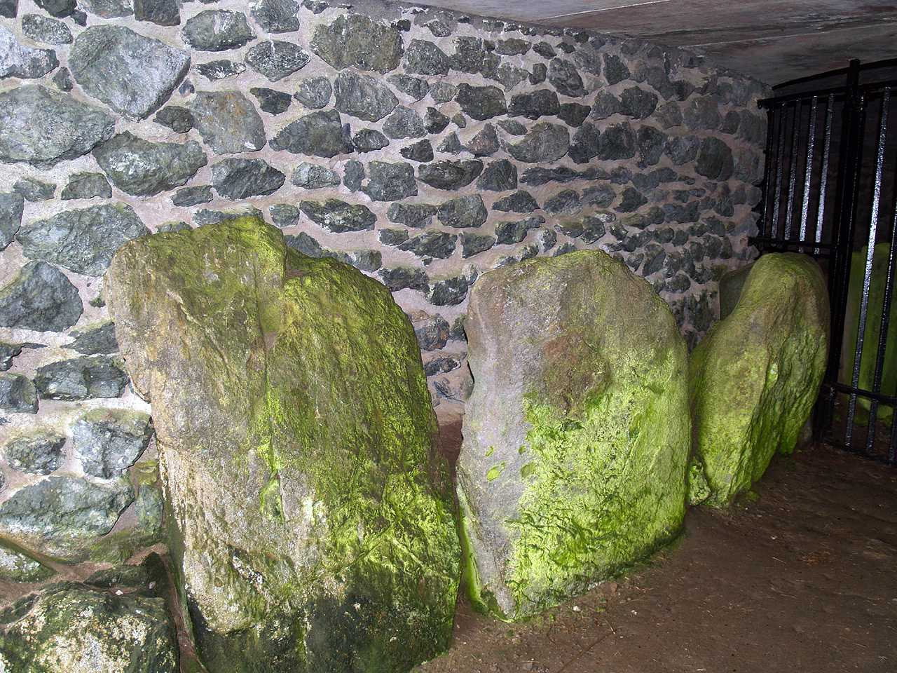Anglesey, Llanfaelog, Barclodiad-y-Gawres Burial Chamber - Standing Stones