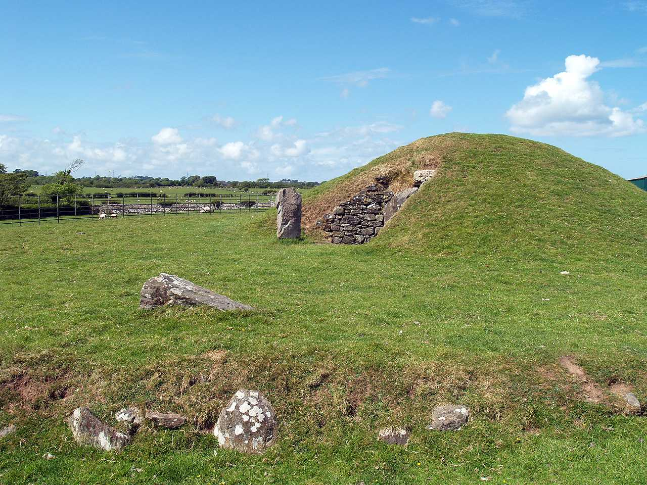 Anglesey, Llanddaniel, Bryn Celli Ddu, a side view of the entrance
