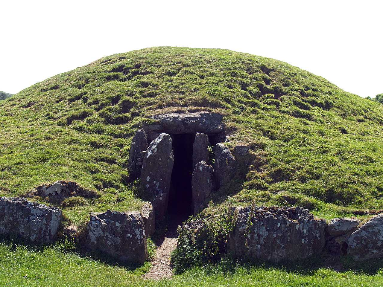 Anglesey, Llanddaniel, Bryn Celli Ddu, close up of the front